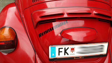 Rennsemmel auf der Heckklappe vom VW Käfer
