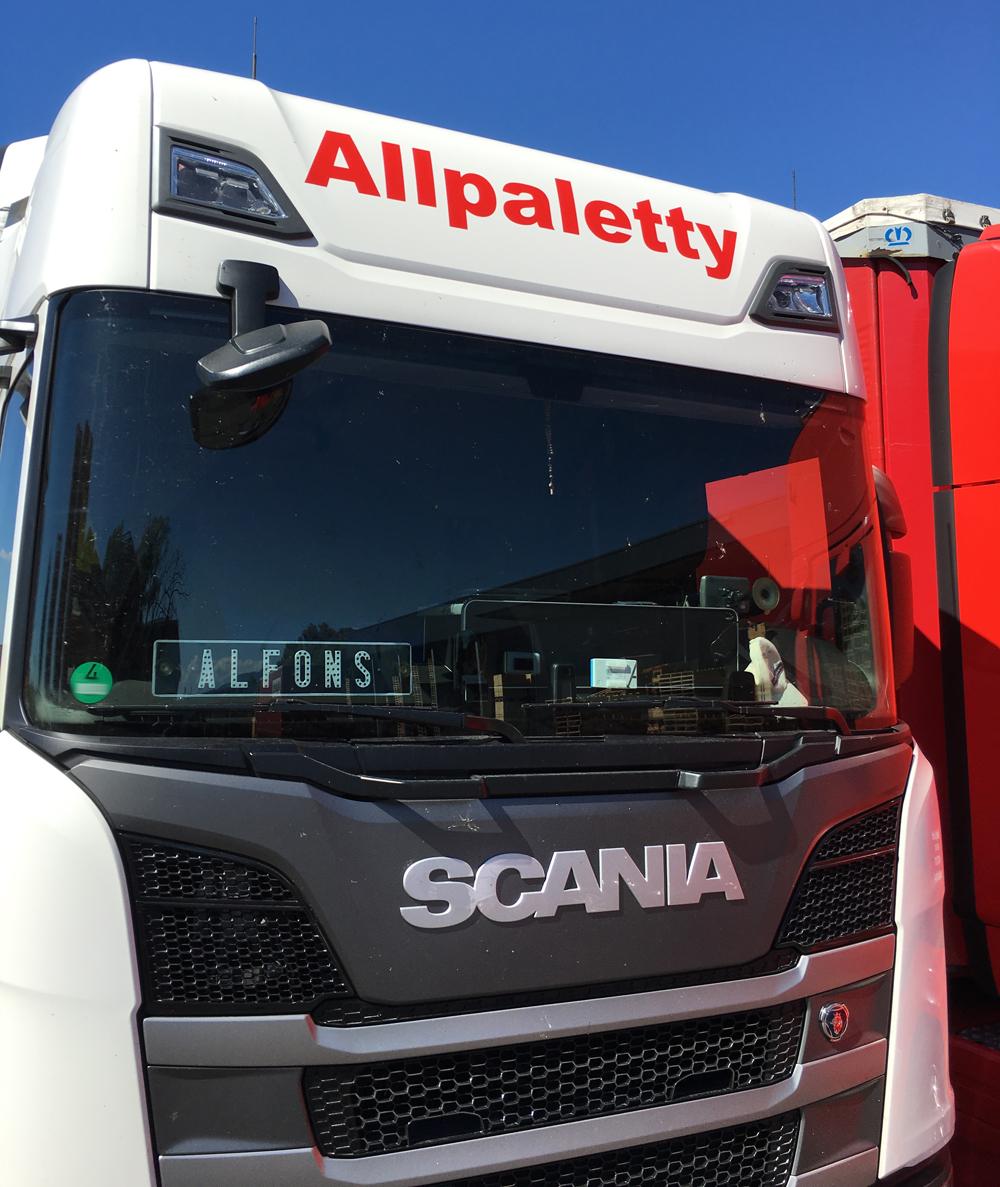 LKW Beschriftung der Firma Allpaletty. An- und Verkauf, Tausch, Vermietung und Reparatur von Paletten in Hard/Österreich