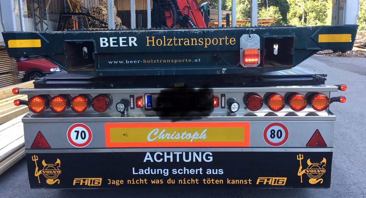 Beschrifteter Schmutzfänger/Heckschürze der Firma Beer Holztransporte aus Schwarzenberg/Bregenzerwald.