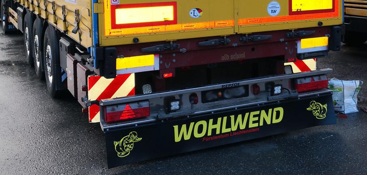 Beschrifteter Schmutzfänger/Heckschürze der Firma Wohlwend aus dem Fürstentum Liechtenstein.