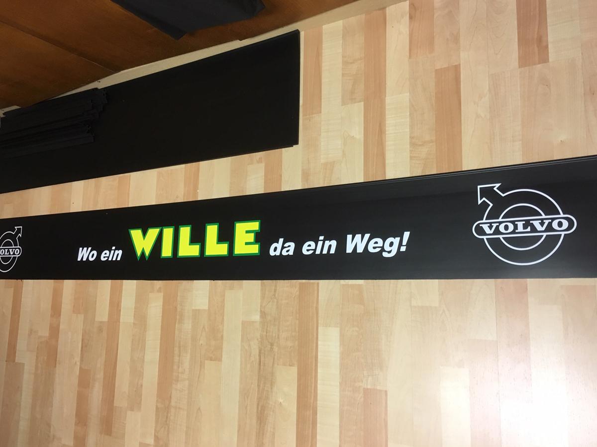 Beschrifteter Schmutzfänger/Heckschürze der Firma Wille Transporte aus Landeck/Tirol.