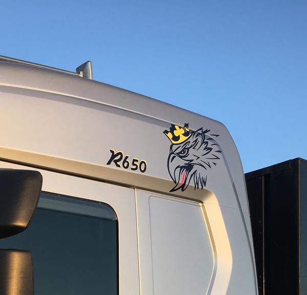 Schick, schau mal, das interessiert dich bestimmt: Ein Scania böser Greif Aufkleber, dreifarbig angefertigt und montiert auf Kundenwunsch.