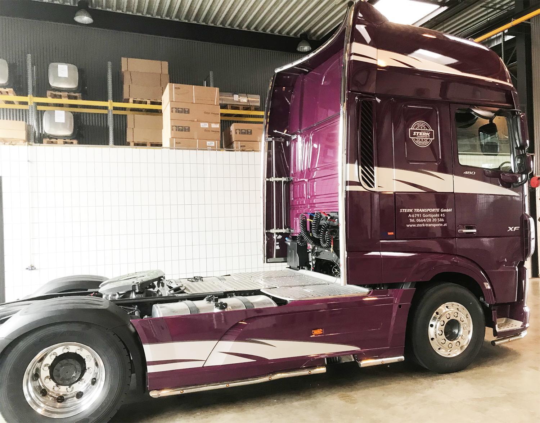 Beschriftung einer neuen DAF Zugmaschine der Firma Sterk Transporte aus Gortipohl im schönen Montafon. Wir von meinsticker.com bedanken uns für den Auftrag und das entgegen gebrachte Vertrauen und wir wünschen allzeit gute Fahrt mit diesem wunderschönen Fahrzeug.