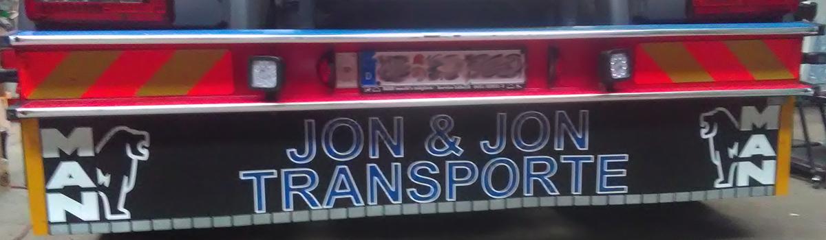 Zweifarbig beschriftete MAN Heckschürze von meinsticker.com - fertig am Fahrzeug angebracht.